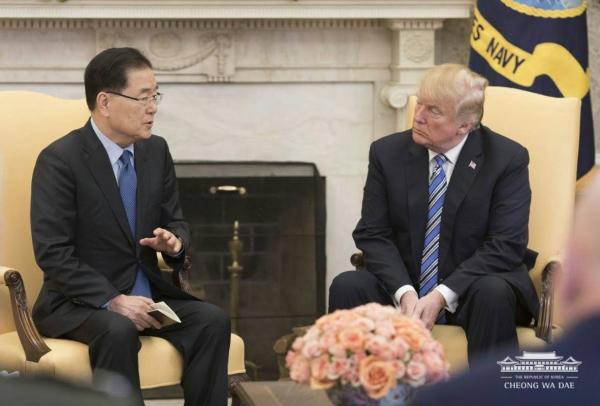 ▲정의용 국가안보실장(왼쪽)이 트럼프 대통령에게 대북특사단 방북 결과를 설명하고 있다. ⓒ청와대 제공