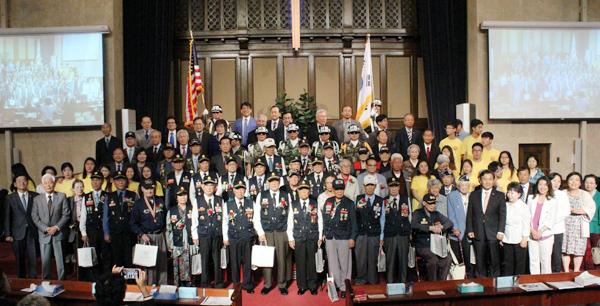 6.25를 기념하는 상기 예배와 참전용사 감사행사에 참석한 참전용사들과 교계 지도자들.