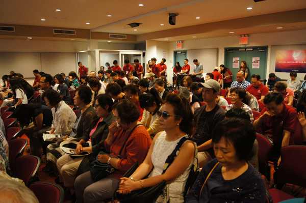 실내집회에서 참가자들이 기도하고 있다.
