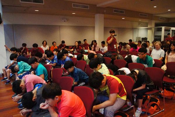 한국에서 참가한 어린이들도 실내집회에서 기도하고 있다.