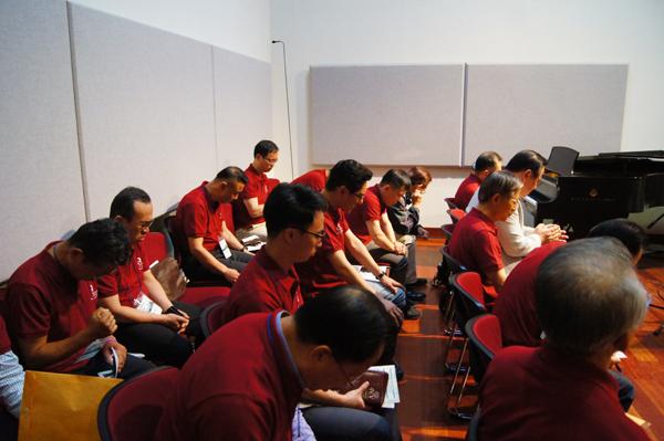 참석한 목회자들이 기도하고 있다.