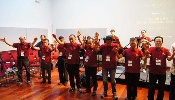 이날 참석한 목회자들 전원이 참가자들을 향해 축복기도를 했다