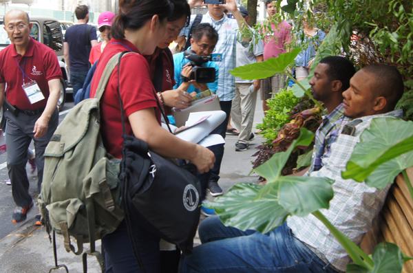 참가들이 실내집회 후 본격적인 거리전도에 나서서 복음을 전파하는 모습.