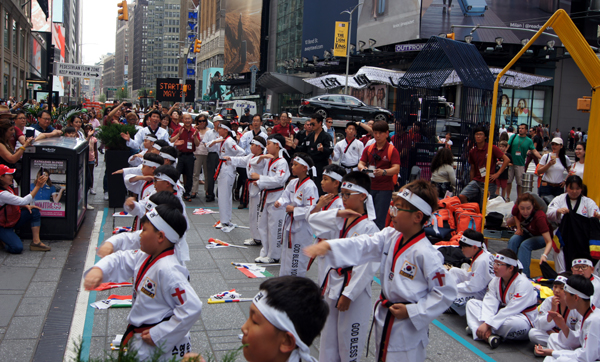 타임스퀘어에서 어린이 태권도 선교단이 시범을 보이고 있다.