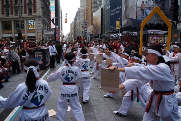타임스퀘어에서 어린이 태권도 선교단이 다양한 퍼포먼스를 선보였다. 송판격파하는 모습.