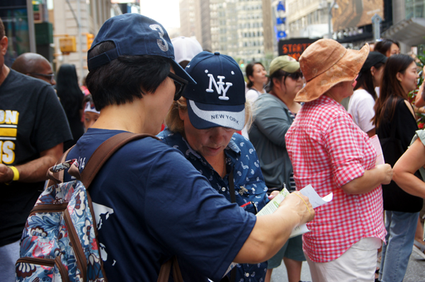 뉴욕시성시화총력전도에서 참가자들이 본격적인 거리전도에 나서서 복음을 전파하는 모습.