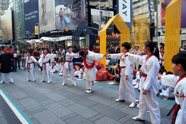 타임스퀘어에서 어린이 태권도 선교단이 다양한 퍼포먼스를 선보였다.