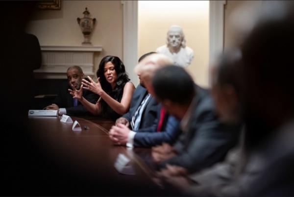 트럼프 대통령이 백악관에서 흑인 지도자들과 대화하고 있다.