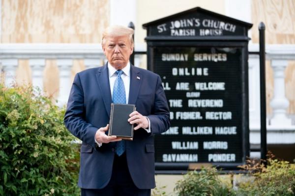 백악관 인근 성요한교회 앞에서 성경책을 들고 사진을 찍은 트럼프 대통령.