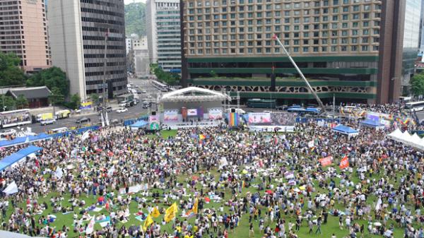 2018년 퀴어문화축제에 참여한 인파들.
