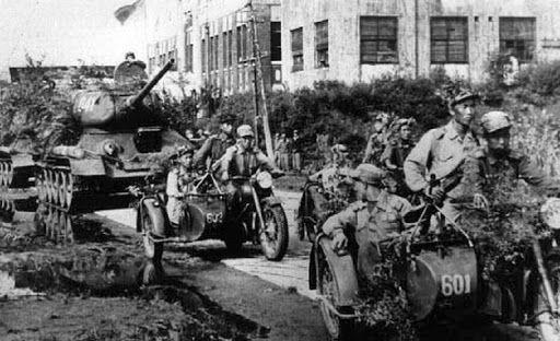 6.25전쟁 당시 북한군의 소련제 T-34 탱크와 모터사이클 정찰대