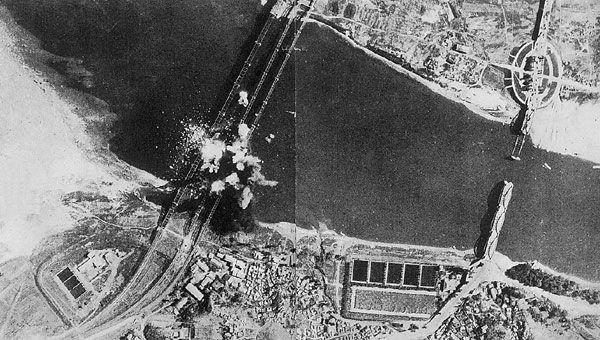 한강철교가 폭파되는 순간. 1950년 7월 3일 미 공군기가 북한군의 남하를 막기 위해 한강 철교를 폭격하고 있다. 오른쪽의 이미 폭파된 다리는 한강 인도교이다.