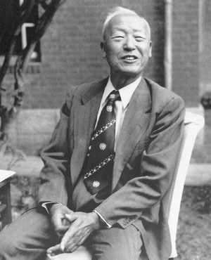 경무대 뜰에 앉아 환한 표정으로 미소 짓는 이승만. 그는 애민의 지도자였고, 나라와 민족을 위한 기도자였다.